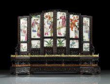 Sechsteiliger Tischstellschirm aus Harthölzern und Porzellanplatten
