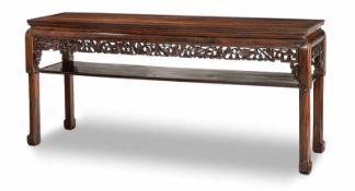 Tisch aus 'hongmu' mit geschnitzten Zierpaneelen