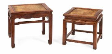 Zwei quadratische Hocker aus 'huanghuali' mit geflochtenen Sitzflächen