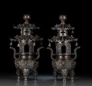 Paar zweiteilige Weihrauchbrenner aus Bronze in 'ding'-Form mit Pagoden-Aufsätzen