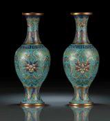 Paar Cloisonné-Vasen mit Lotosdekor, teils feuervergoldet