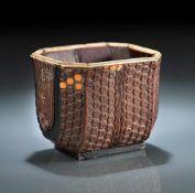 Feiner Becher aus Bambus mit Beineinlagen und Furnier