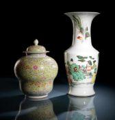 'Famille rose'-Vase und -Deckelvase