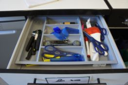 Contents of 4 cutlery drawers, as lotted