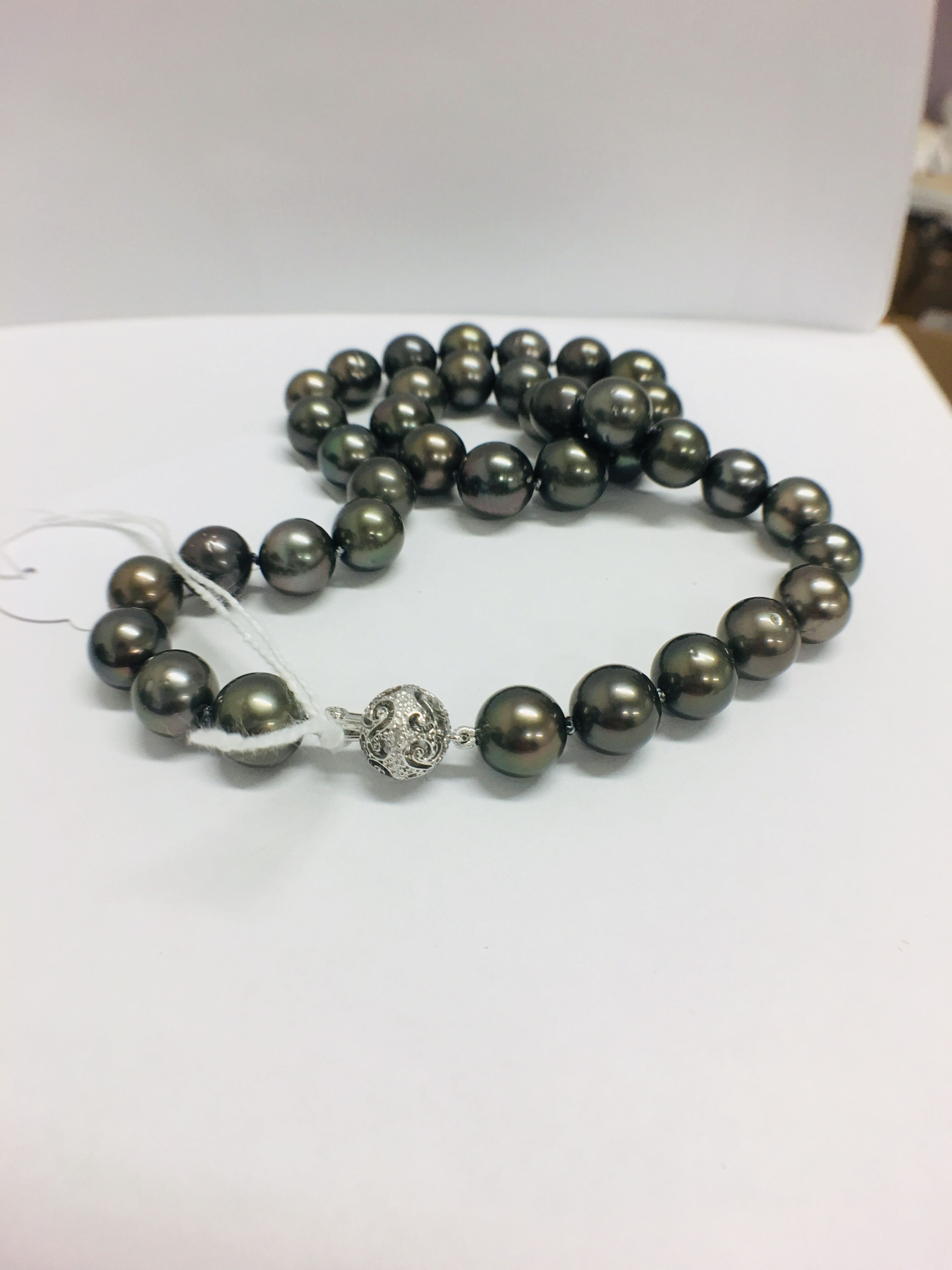 Lot 10 - tahitian pearl necklace.