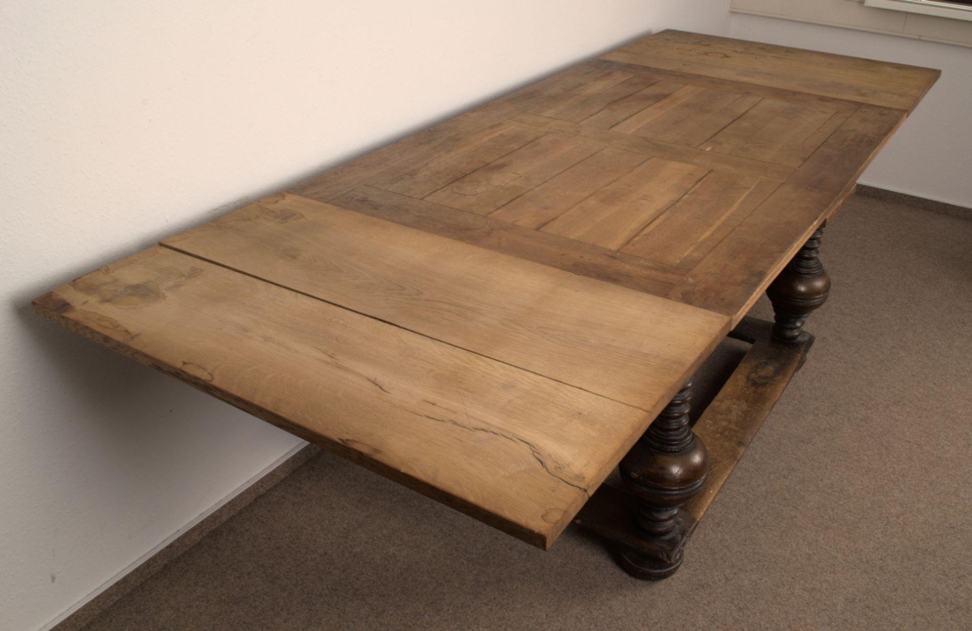 Großer Auszugstisch, Franken um 1730/50. Querverstrebter Tischunterbau mit kräftigen Balusterbeinen, - Bild 26 aus 36