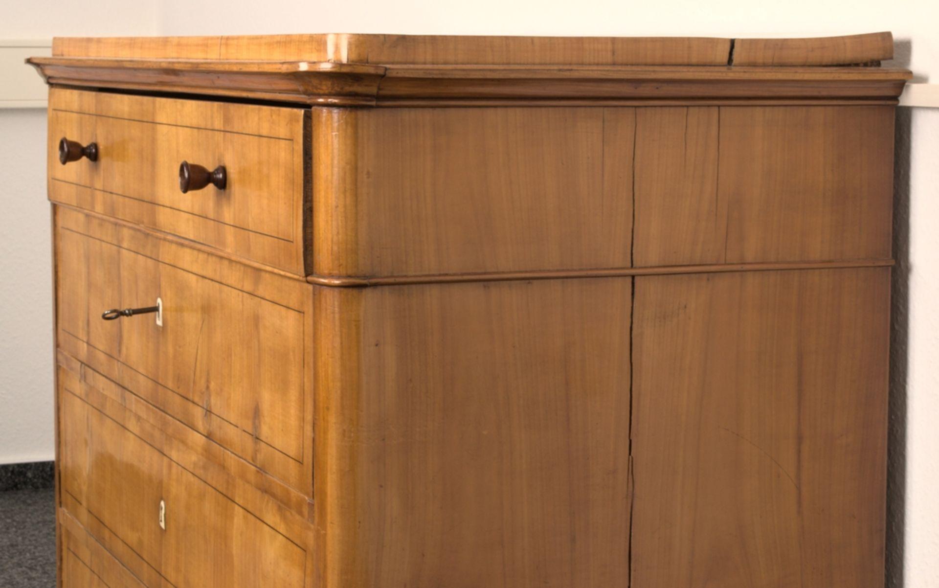 Wäschekommode. Biedermeier um 1835. Kirschbaum massiv & furniert, die 4 Schubladen-Fronten mit - Bild 5 aus 18