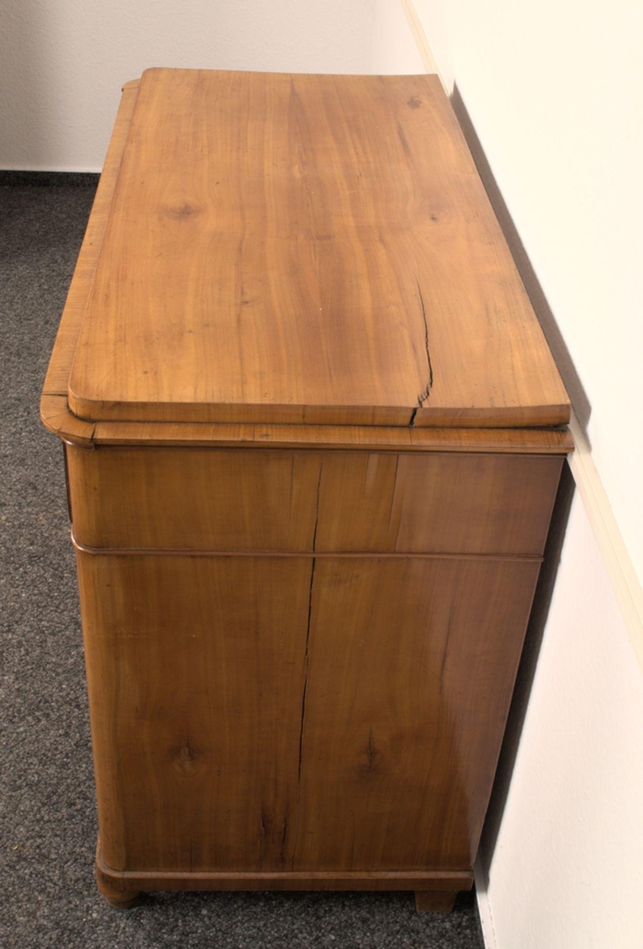 Wäschekommode. Biedermeier um 1835. Kirschbaum massiv & furniert, die 4 Schubladen-Fronten mit - Bild 7 aus 18