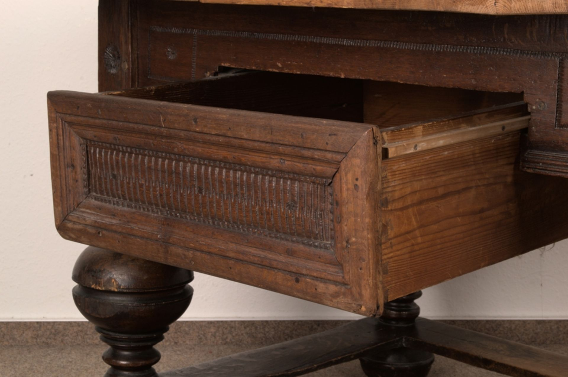 Großer Auszugstisch, Franken um 1730/50. Querverstrebter Tischunterbau mit kräftigen Balusterbeinen, - Bild 19 aus 36