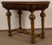 Spieltisch Nussbaum & Eiche, deutsch um 1900. Klappbare Tischplatte teilweise ergänzt.