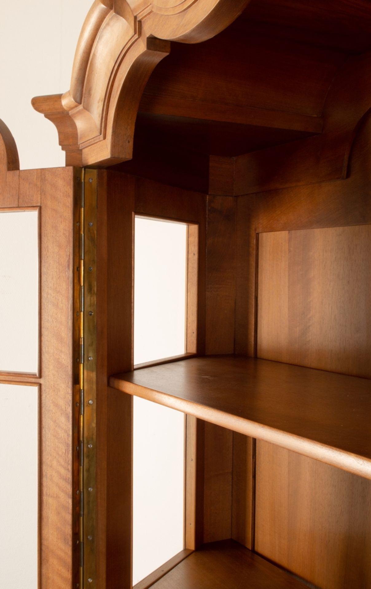 Großer, zweitüriger Bücherschrank, Barockstil, 2. Drittel 20. Jhd., Nussbaum massiv & furniert, - Bild 3 aus 10