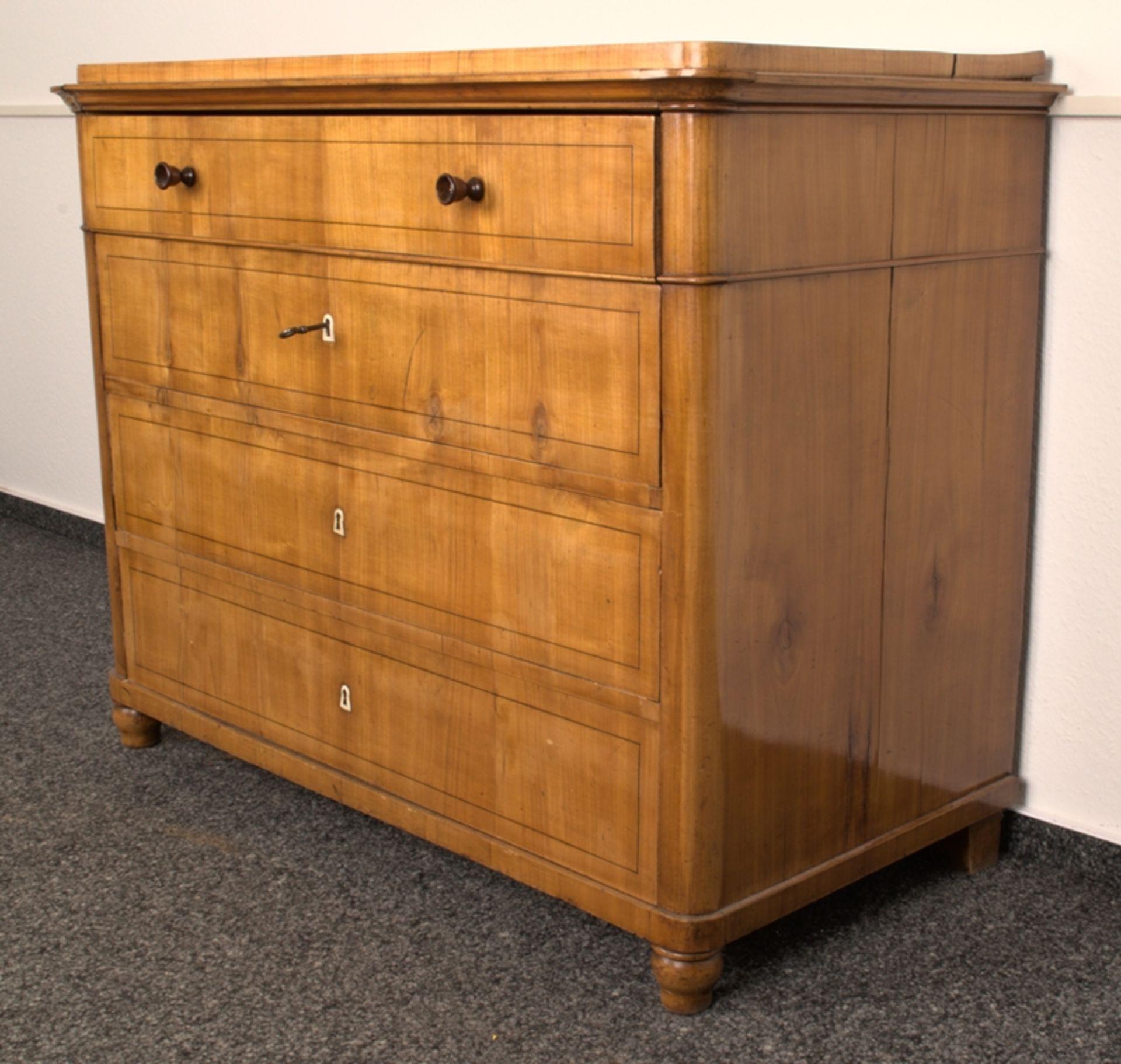 Wäschekommode. Biedermeier um 1835. Kirschbaum massiv & furniert, die 4 Schubladen-Fronten mit - Bild 3 aus 18