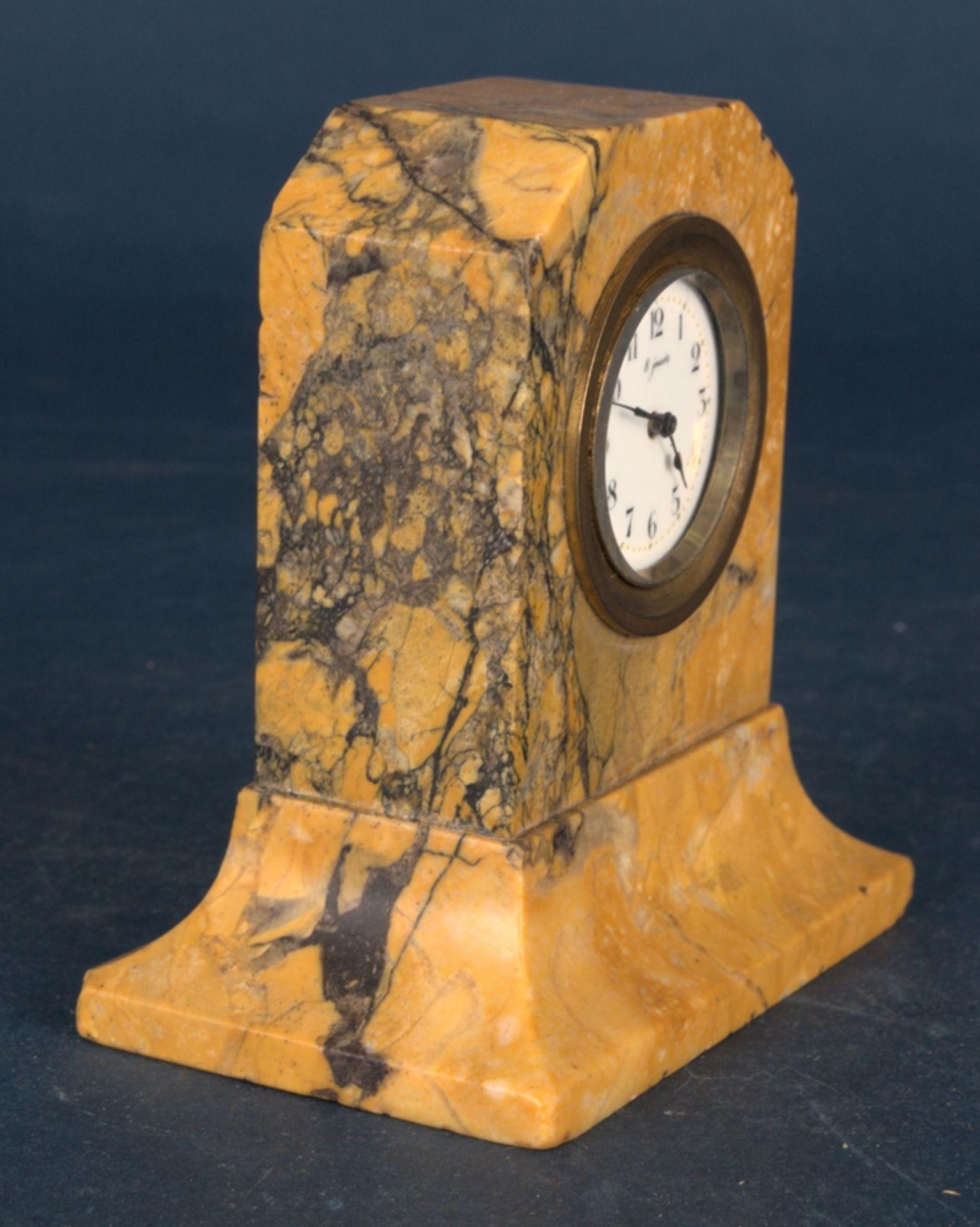 Kleine Tischuhr mit 8 Tagewerk in gelblich-braunem Granit- oder Marmorgehäuse. Höhe ca. 9 cm. Um - Bild 3 aus 8