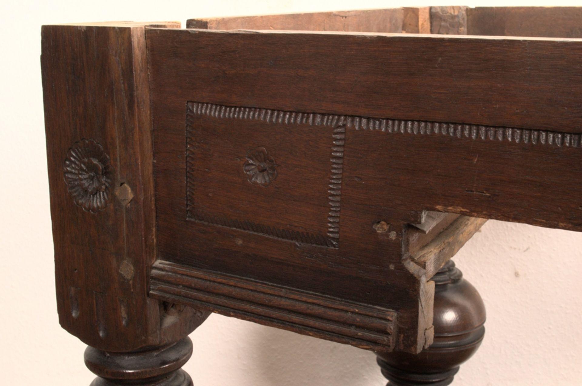 Großer Auszugstisch, Franken um 1730/50. Querverstrebter Tischunterbau mit kräftigen Balusterbeinen, - Bild 5 aus 36