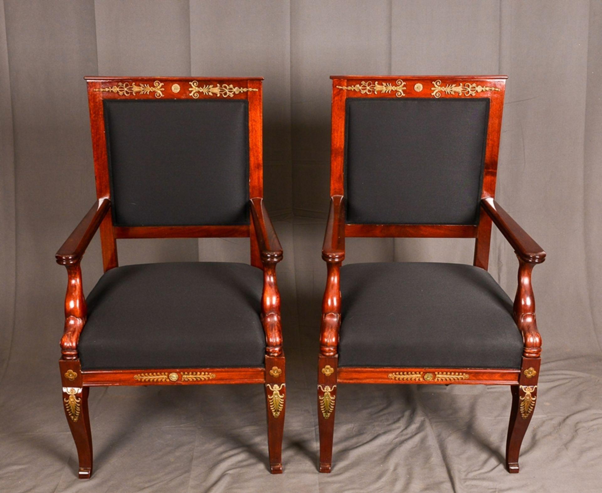 Paar Armlehnstühle. Empire-Stil, Mahagoni, aufwändig mit Messingapplikationen verziert. Vor