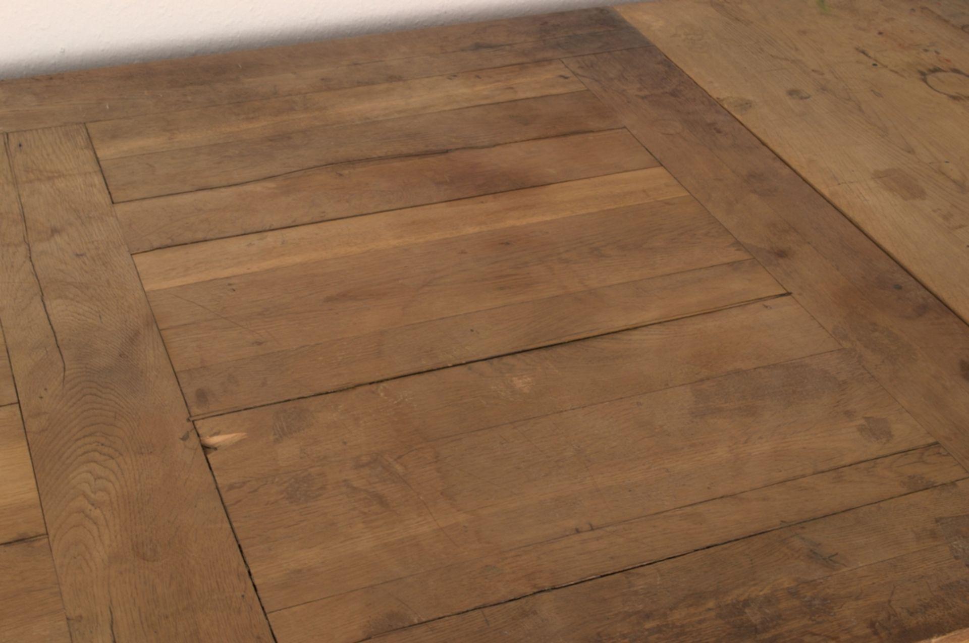 Großer Auszugstisch, Franken um 1730/50. Querverstrebter Tischunterbau mit kräftigen Balusterbeinen, - Bild 28 aus 36