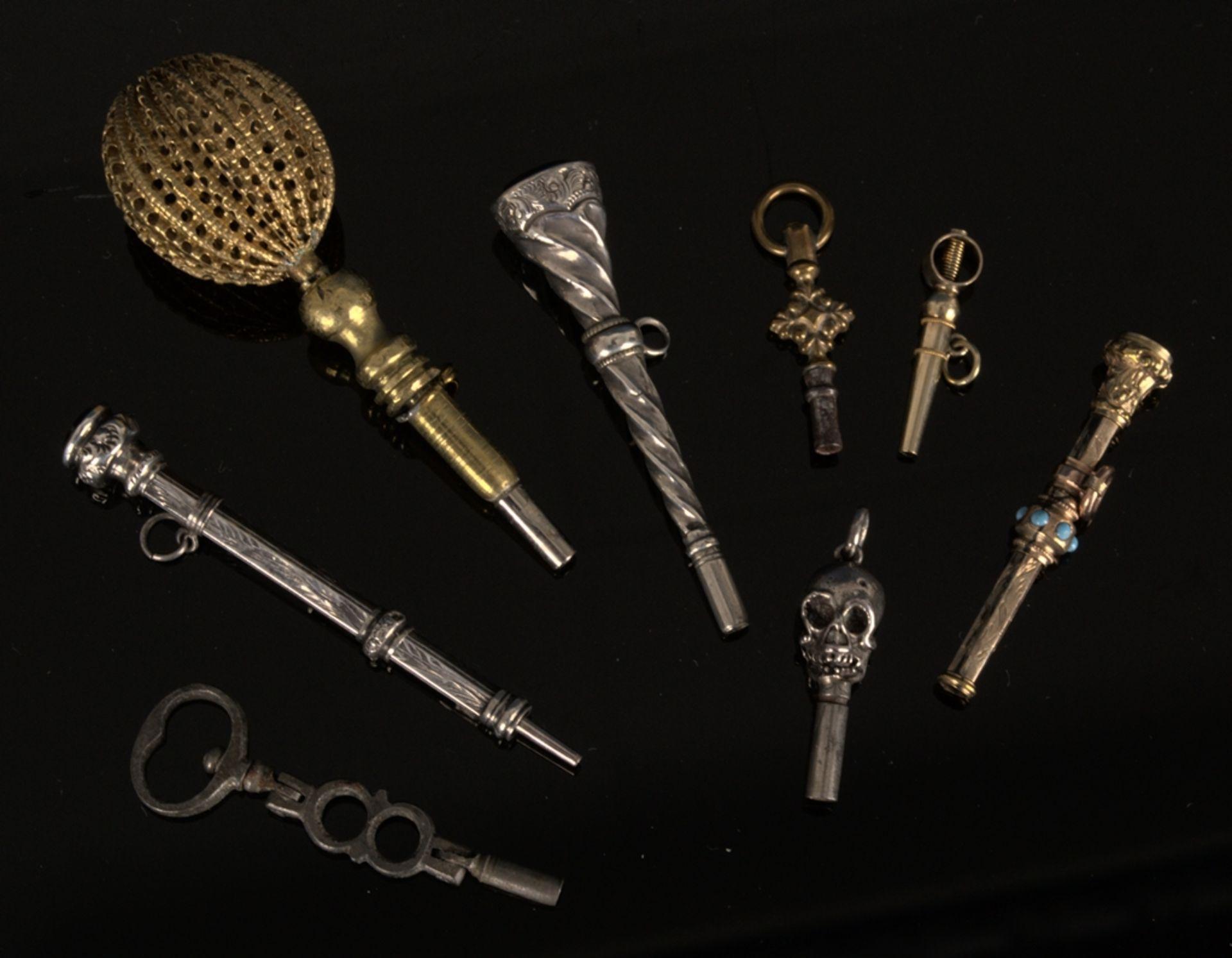 8teilige Sammlung versch. Taschenuhrenschlüssel, überwiegend 19. Jhd. Versch. Alter, Größen, - Bild 2 aus 24