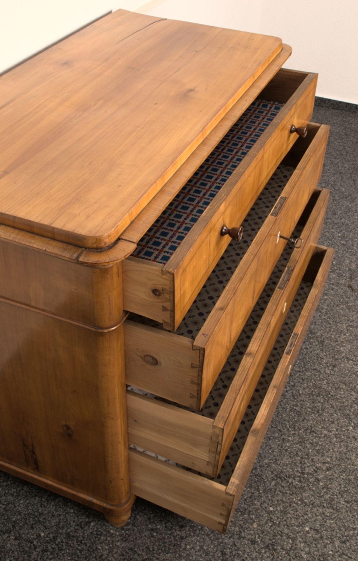 Wäschekommode. Biedermeier um 1835. Kirschbaum massiv & furniert, die 4 Schubladen-Fronten mit - Bild 10 aus 18