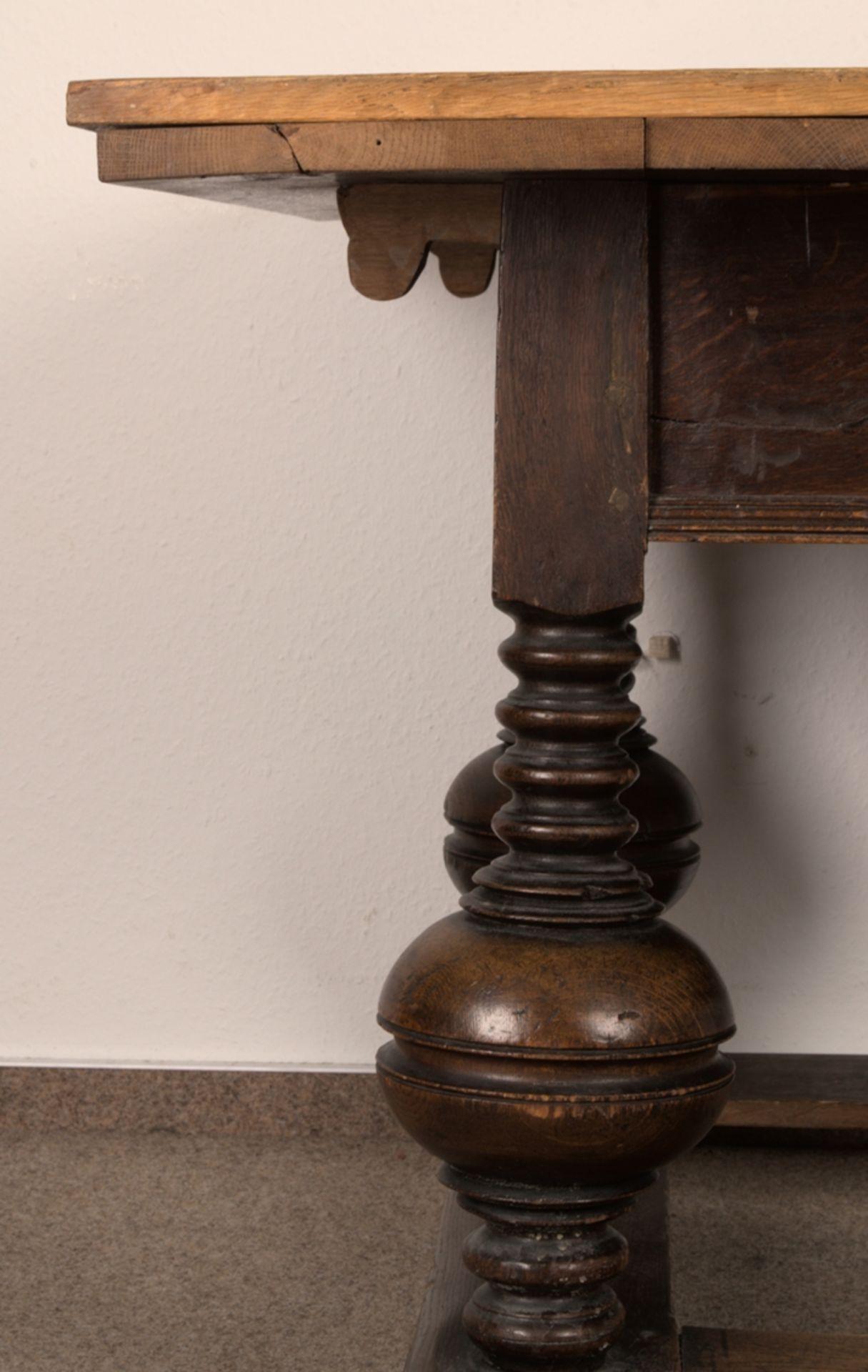 Großer Auszugstisch, Franken um 1730/50. Querverstrebter Tischunterbau mit kräftigen Balusterbeinen, - Bild 25 aus 36