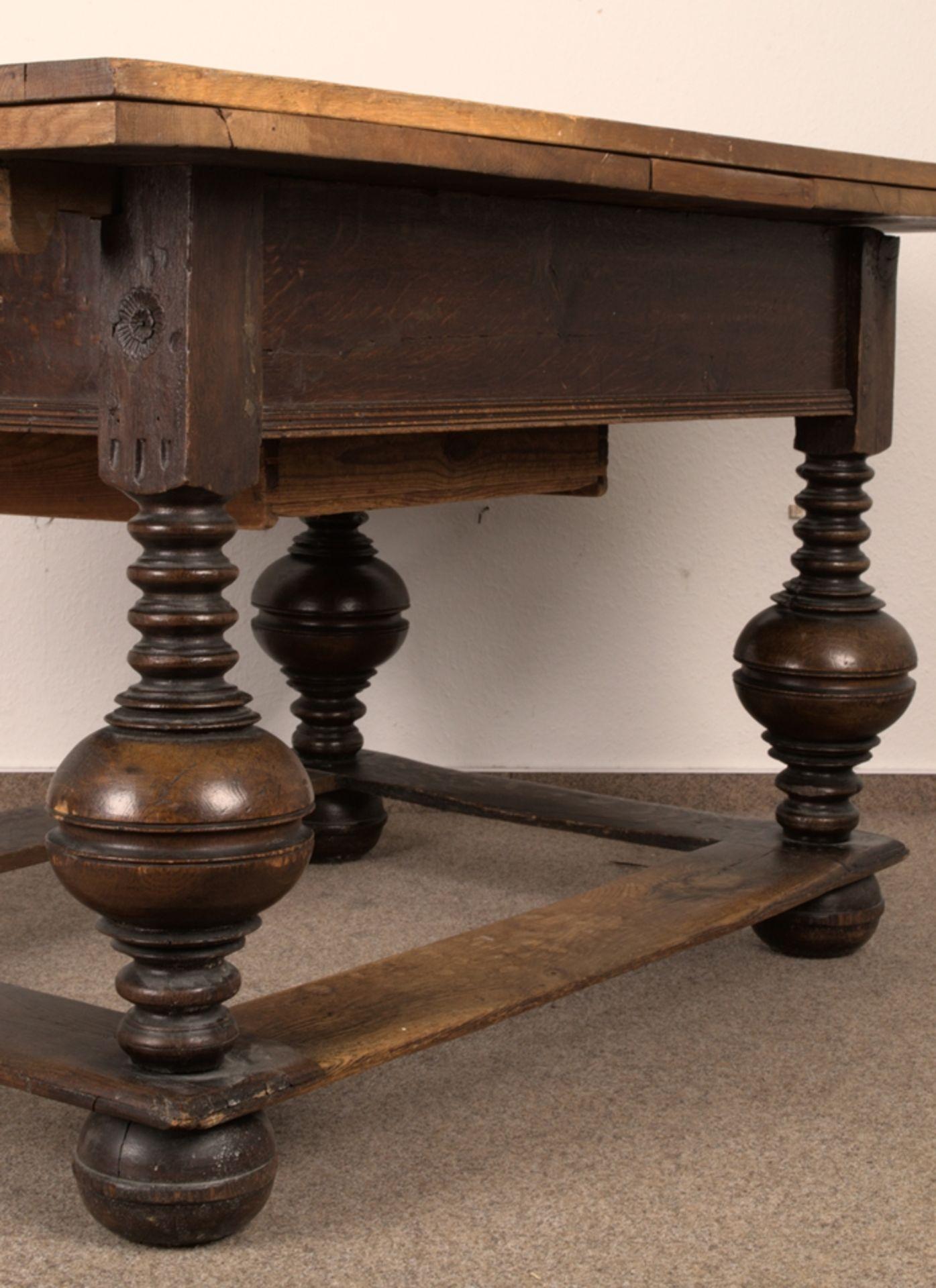 Großer Auszugstisch, Franken um 1730/50. Querverstrebter Tischunterbau mit kräftigen Balusterbeinen, - Bild 23 aus 36