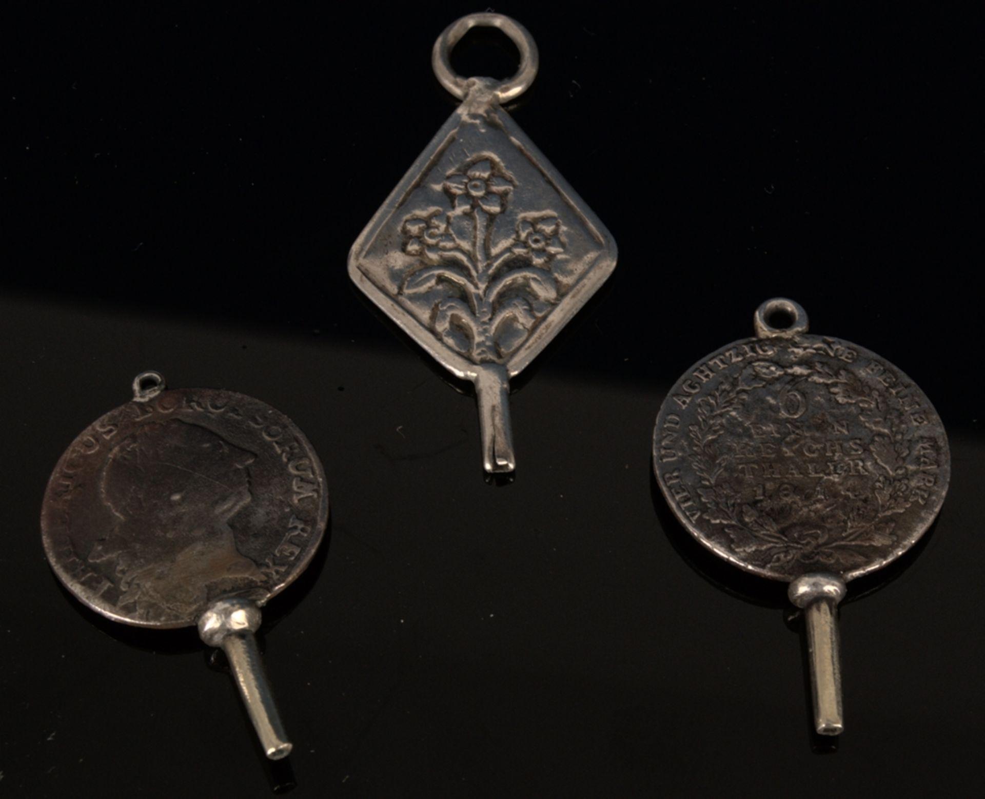 9teilige Sammlung versch. Taschenuhrenschlüssel, überwiegend 19. Jhd. Versch. Alter, Größen, - Bild 5 aus 18