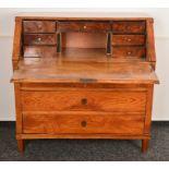 Antiker Sekretär. Biedermeier um 1820/30. Esche/Rüster massiv. Schräge, abklappbare Schreibklappe,