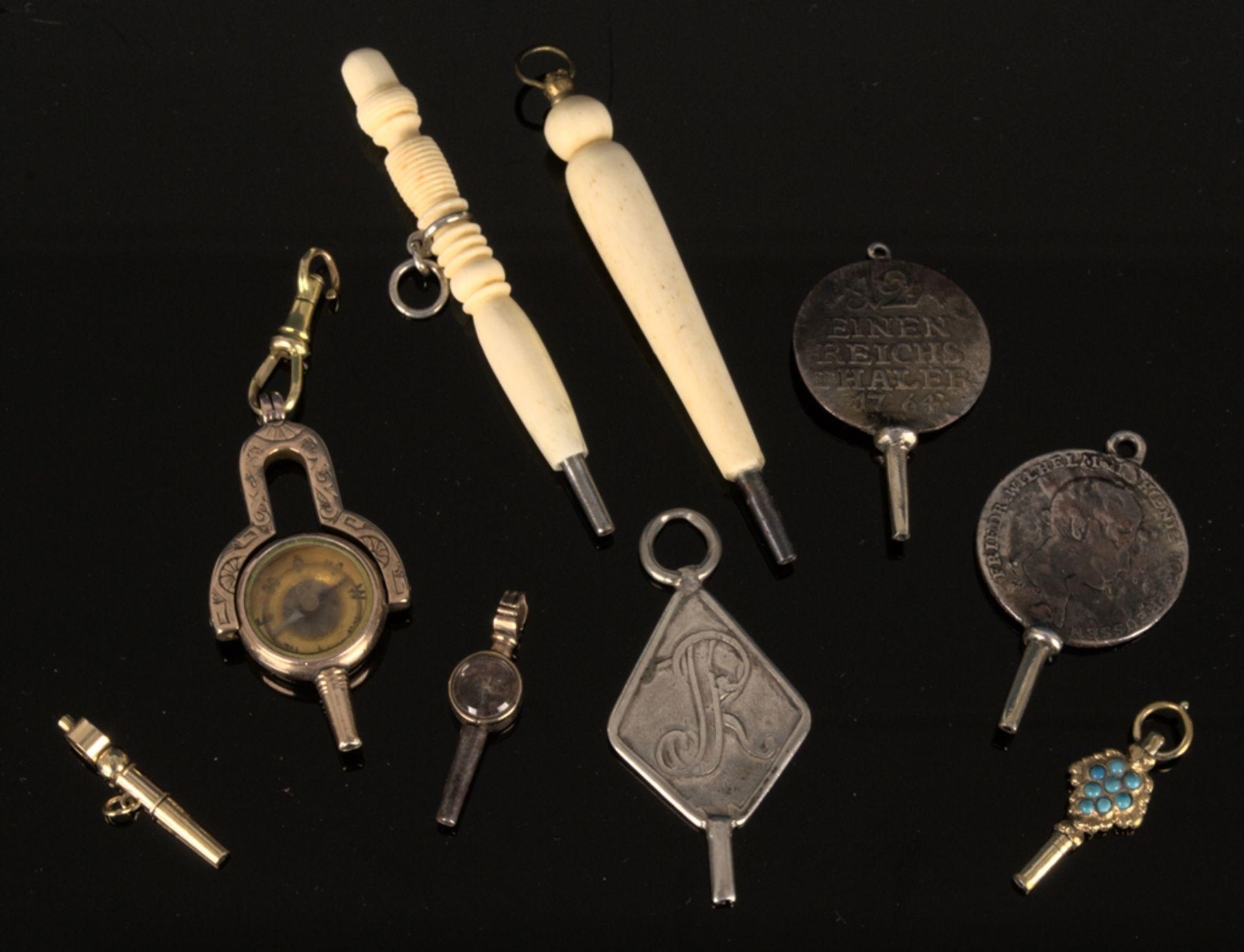 9teilige Sammlung versch. Taschenuhrenschlüssel, überwiegend 19. Jhd. Versch. Alter, Größen, - Bild 3 aus 18