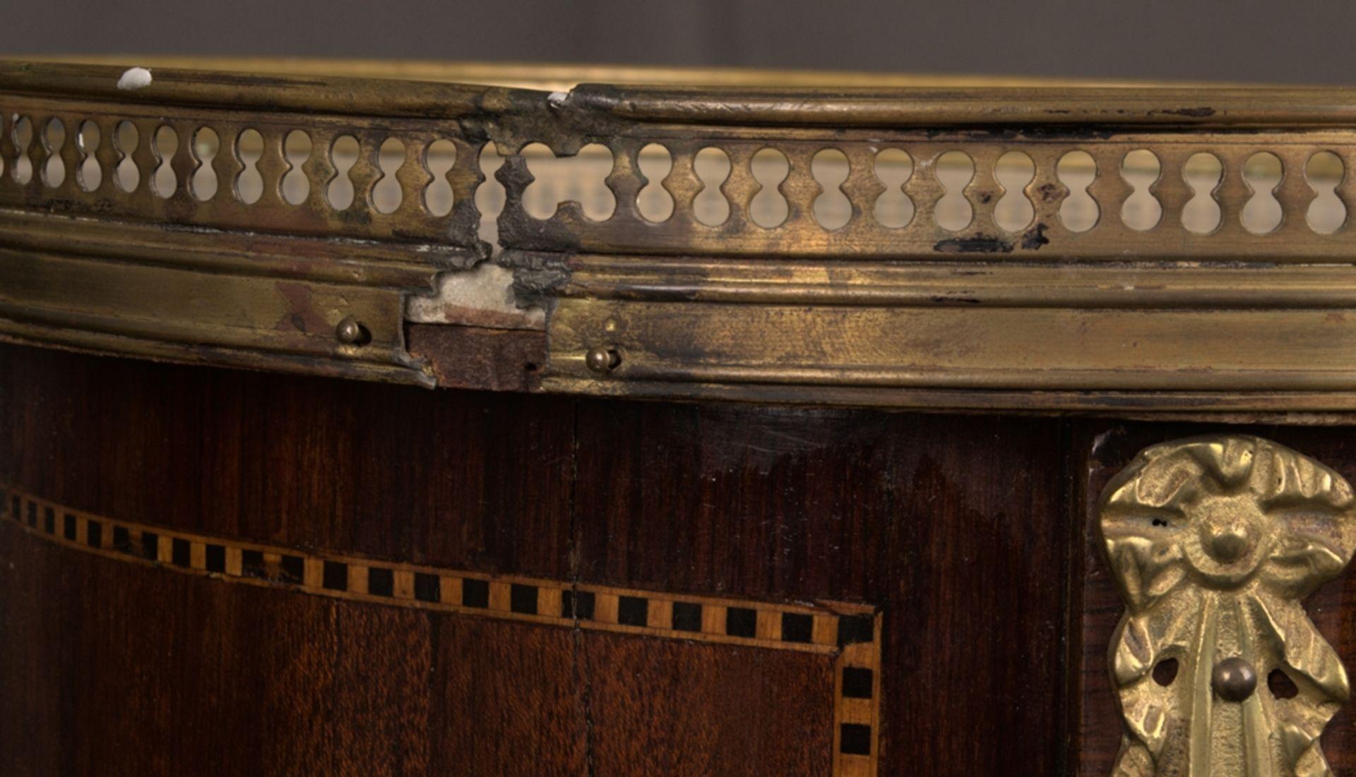 Paar eleganter, dreibeiniger Beistelltische sog. Gueridons, Frankreich 19./20. Jhd. Eintüriger - Bild 18 aus 19