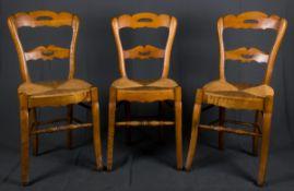 Folge von 3 bäuerlichen Stühlen mit Binsensitzen, Gestellen in Buche & Rüster. 19./20. Jhd.