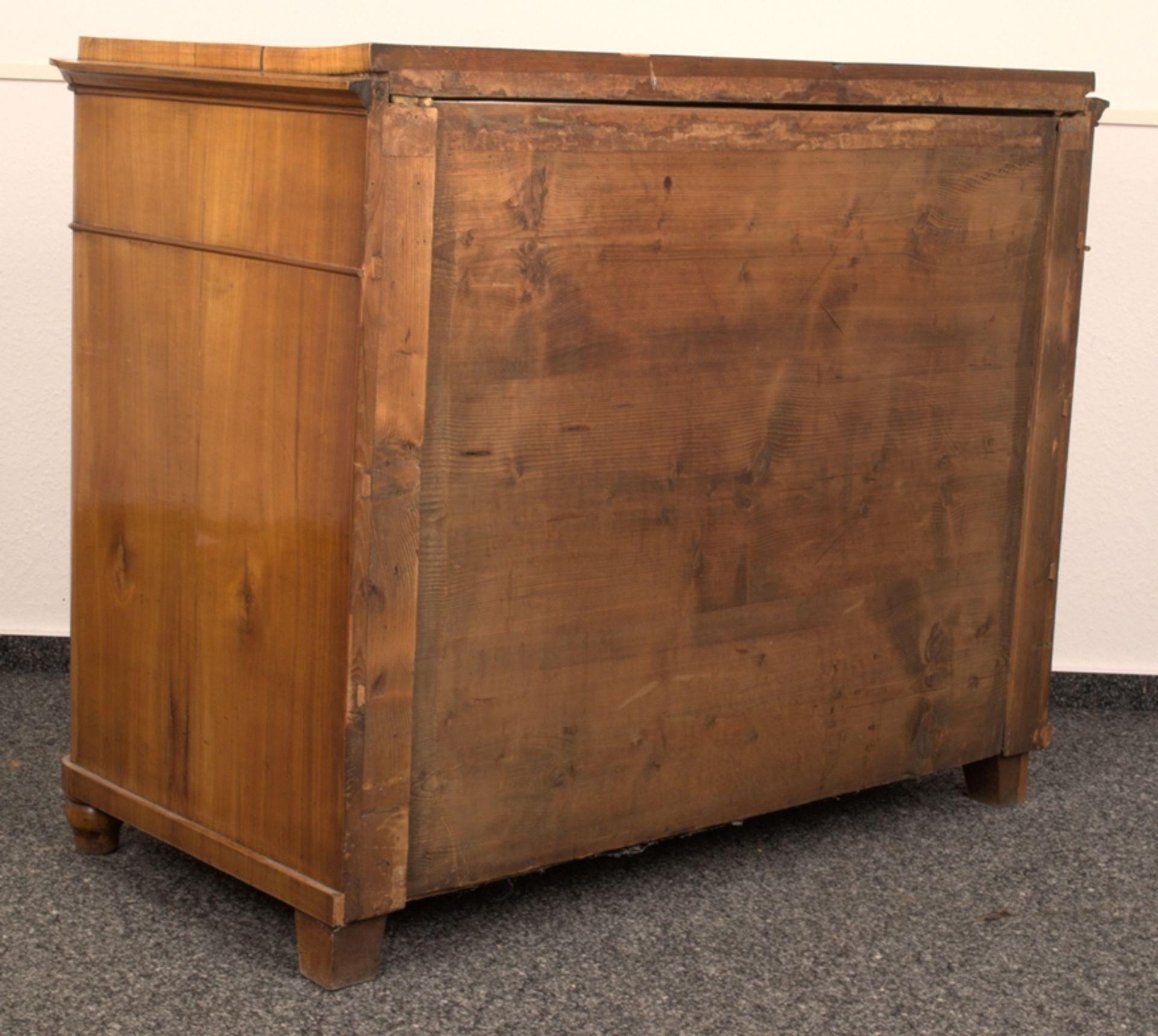 Wäschekommode. Biedermeier um 1835. Kirschbaum massiv & furniert, die 4 Schubladen-Fronten mit - Bild 18 aus 18