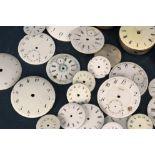 26teiliges Konvolut, bestehend aus ca. 20 Zifferblättern & 6 Uhrwerken. Versch. Alter, Größen &