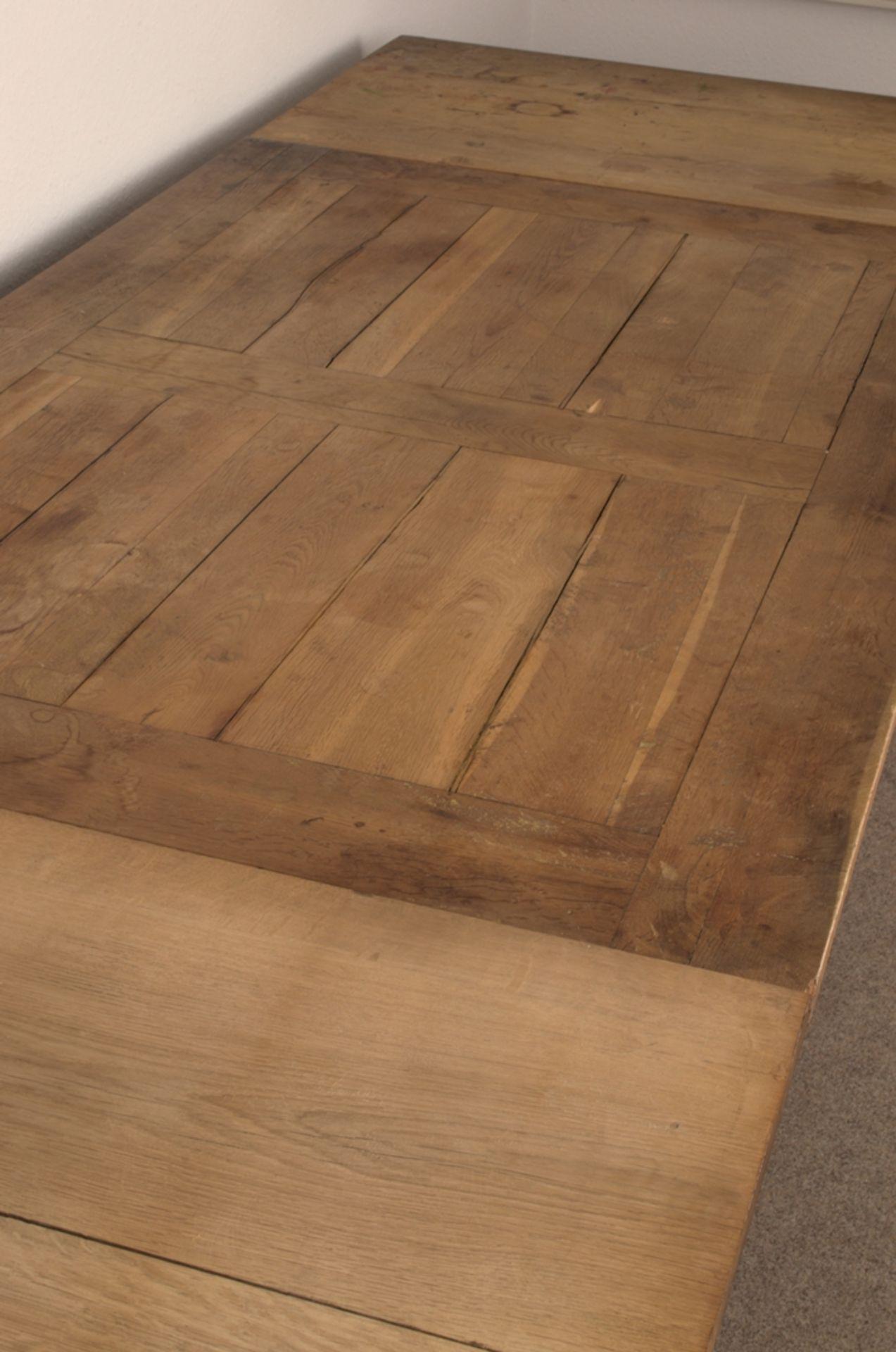 Großer Auszugstisch, Franken um 1730/50. Querverstrebter Tischunterbau mit kräftigen Balusterbeinen, - Bild 27 aus 36