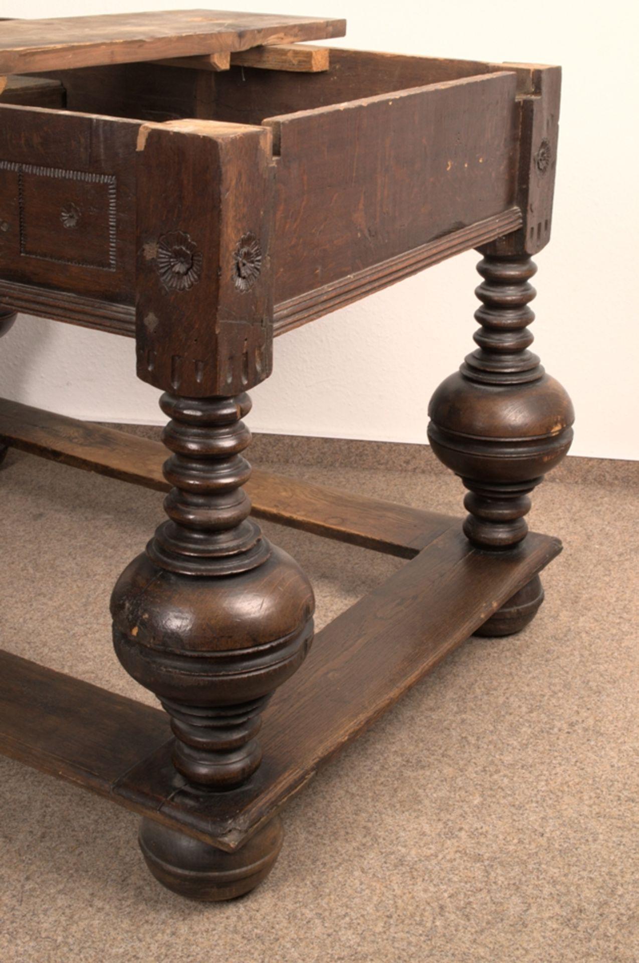 Großer Auszugstisch, Franken um 1730/50. Querverstrebter Tischunterbau mit kräftigen Balusterbeinen, - Bild 4 aus 36