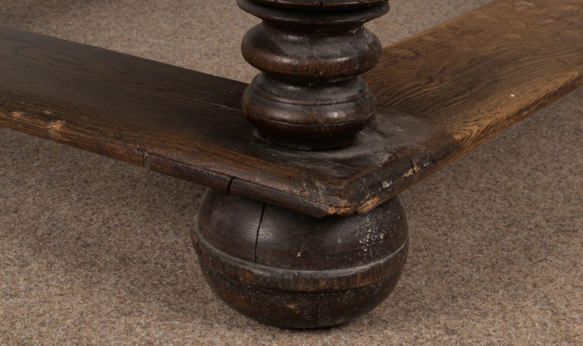 Großer Auszugstisch, Franken um 1730/50. Querverstrebter Tischunterbau mit kräftigen Balusterbeinen, - Bild 24 aus 36
