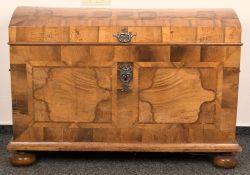 Runddeckeltruhe, Barock, 18. Jhd., massiver Nadelholzkorpus mit gewölbtem Deckel, auf gedrückten