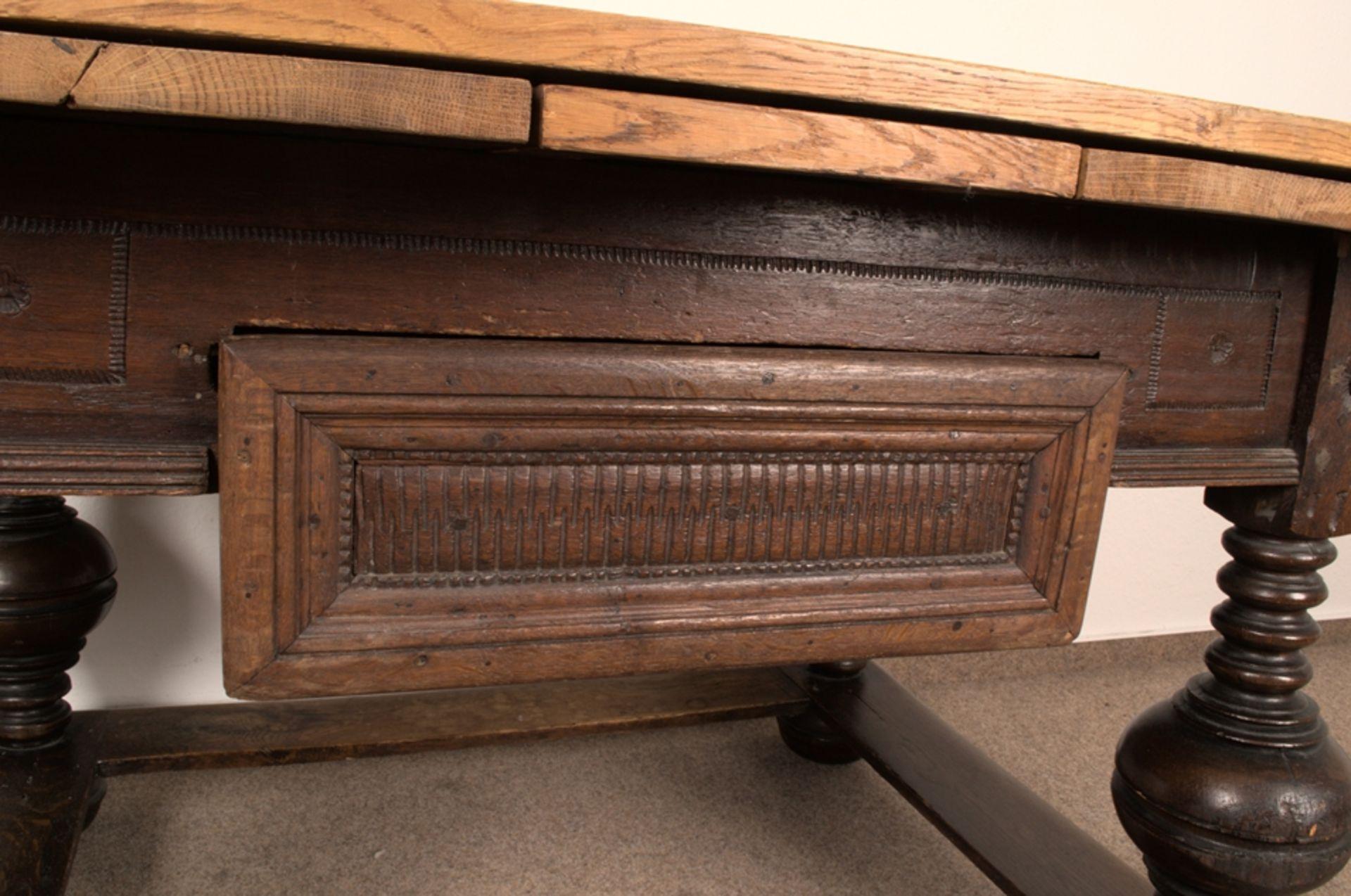 Großer Auszugstisch, Franken um 1730/50. Querverstrebter Tischunterbau mit kräftigen Balusterbeinen, - Bild 34 aus 36