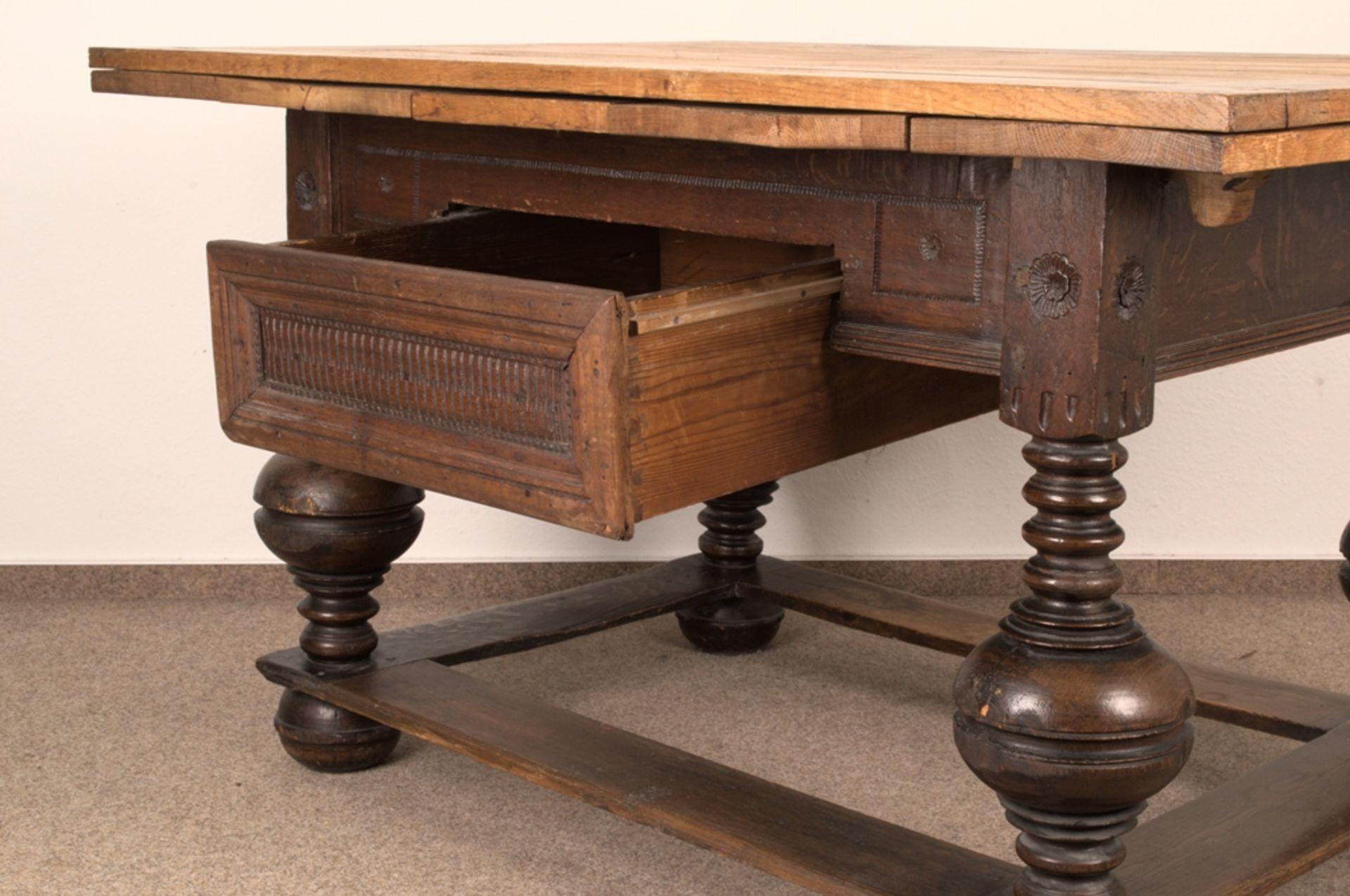 Großer Auszugstisch, Franken um 1730/50. Querverstrebter Tischunterbau mit kräftigen Balusterbeinen, - Bild 18 aus 36