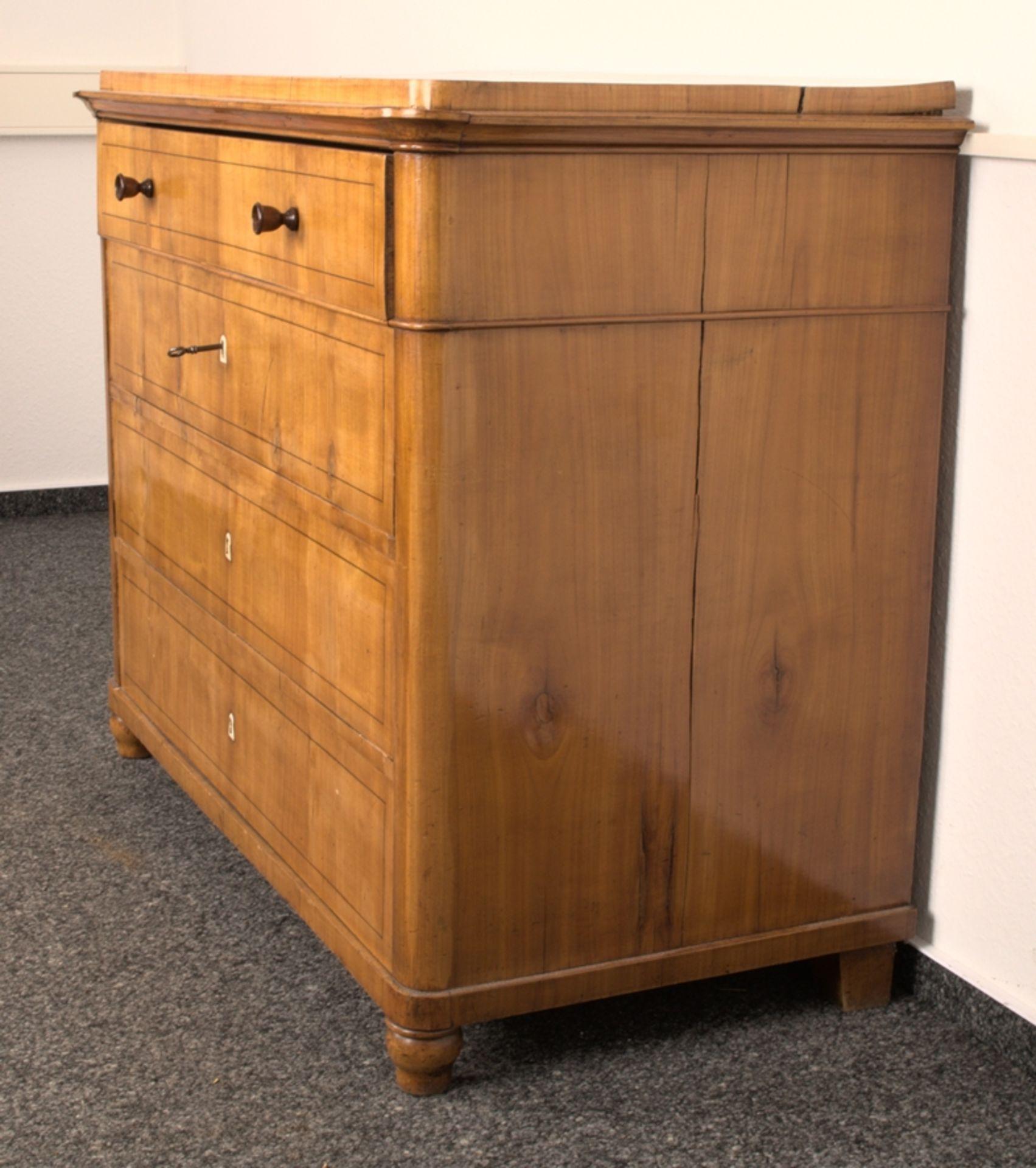 Wäschekommode. Biedermeier um 1835. Kirschbaum massiv & furniert, die 4 Schubladen-Fronten mit - Bild 4 aus 18