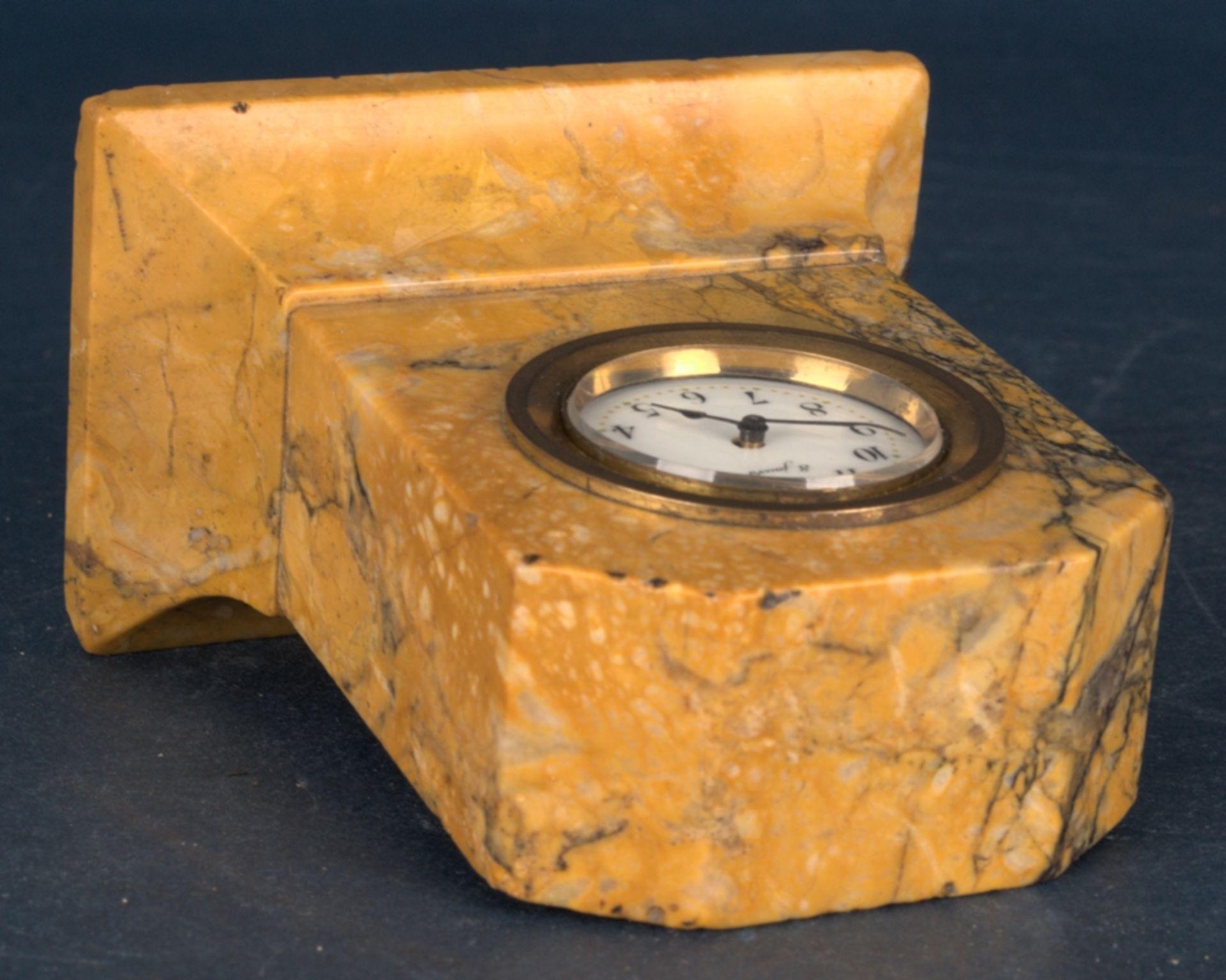 Kleine Tischuhr mit 8 Tagewerk in gelblich-braunem Granit- oder Marmorgehäuse. Höhe ca. 9 cm. Um - Bild 6 aus 8