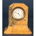 Kleine Tischuhr mit 8 Tagewerk in gelblich-braunem Granit- oder Marmorgehäuse. Höhe ca. 9 cm. Um