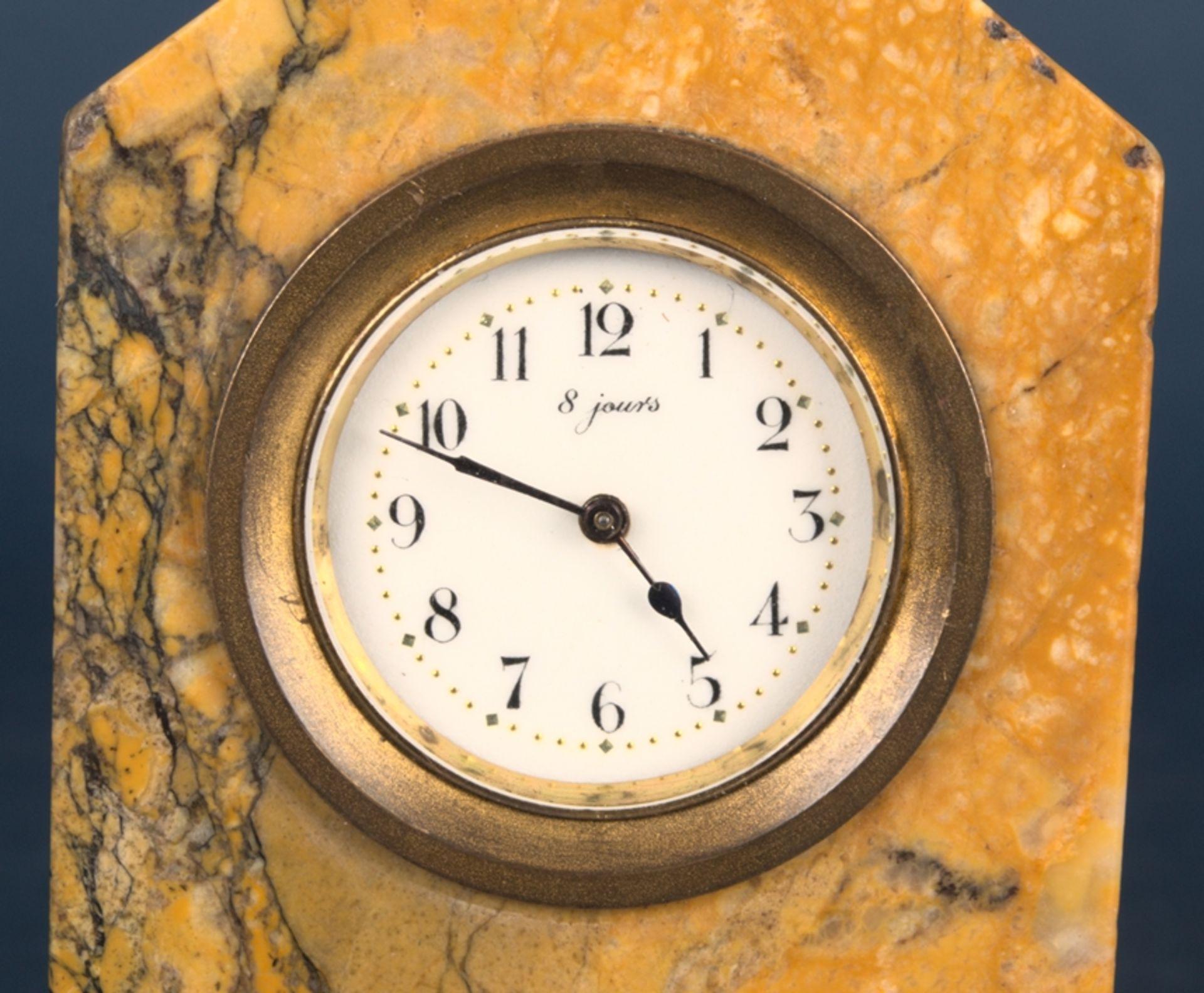 Kleine Tischuhr mit 8 Tagewerk in gelblich-braunem Granit- oder Marmorgehäuse. Höhe ca. 9 cm. Um - Bild 7 aus 8