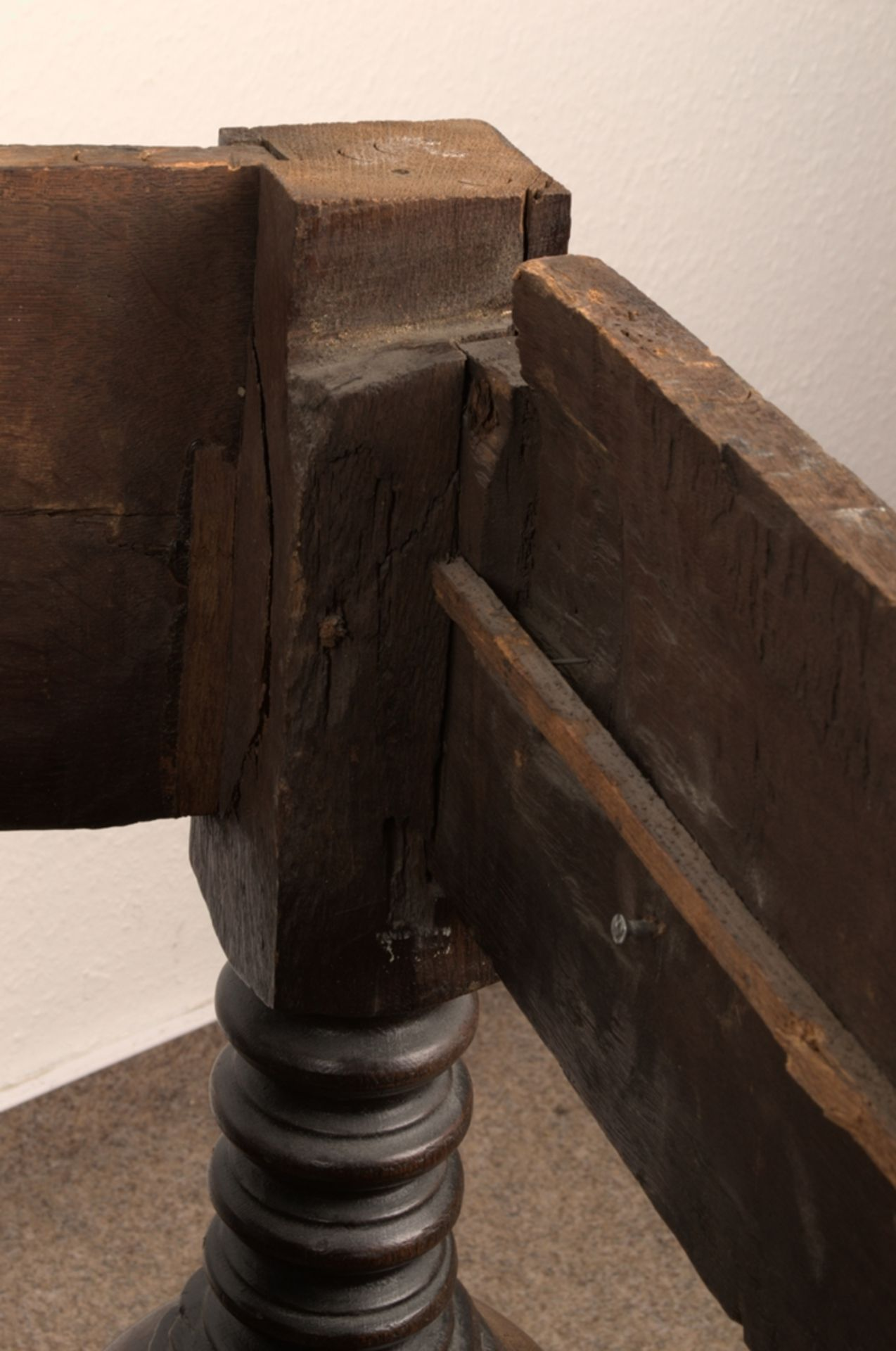 Großer Auszugstisch, Franken um 1730/50. Querverstrebter Tischunterbau mit kräftigen Balusterbeinen, - Bild 10 aus 36