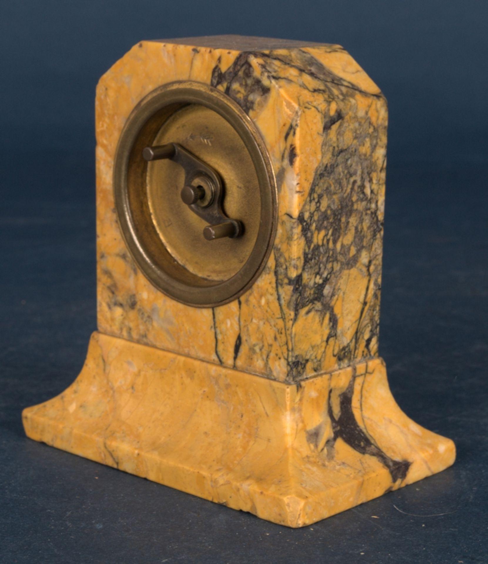 Kleine Tischuhr mit 8 Tagewerk in gelblich-braunem Granit- oder Marmorgehäuse. Höhe ca. 9 cm. Um - Bild 4 aus 8