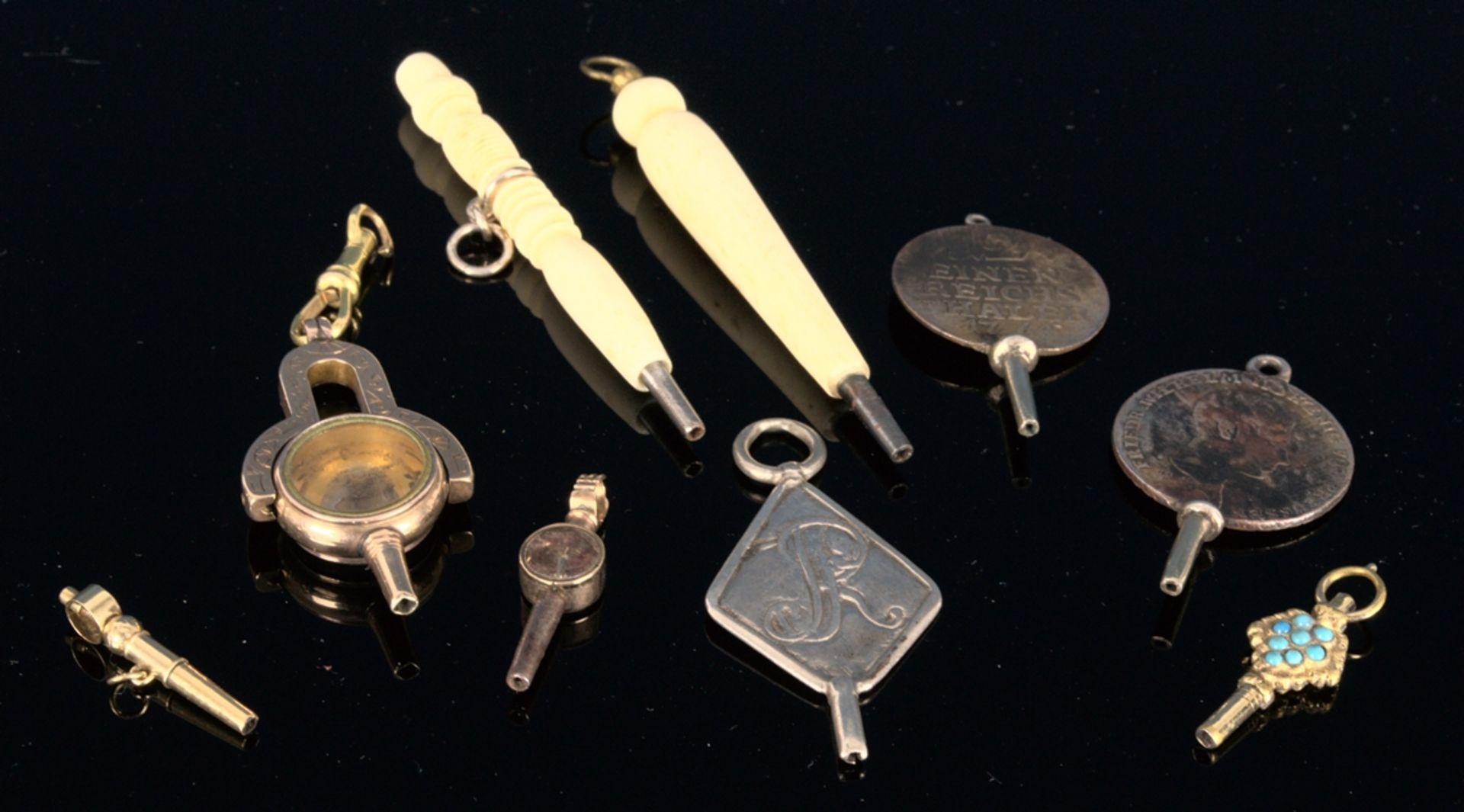 9teilige Sammlung versch. Taschenuhrenschlüssel, überwiegend 19. Jhd. Versch. Alter, Größen, - Bild 2 aus 18