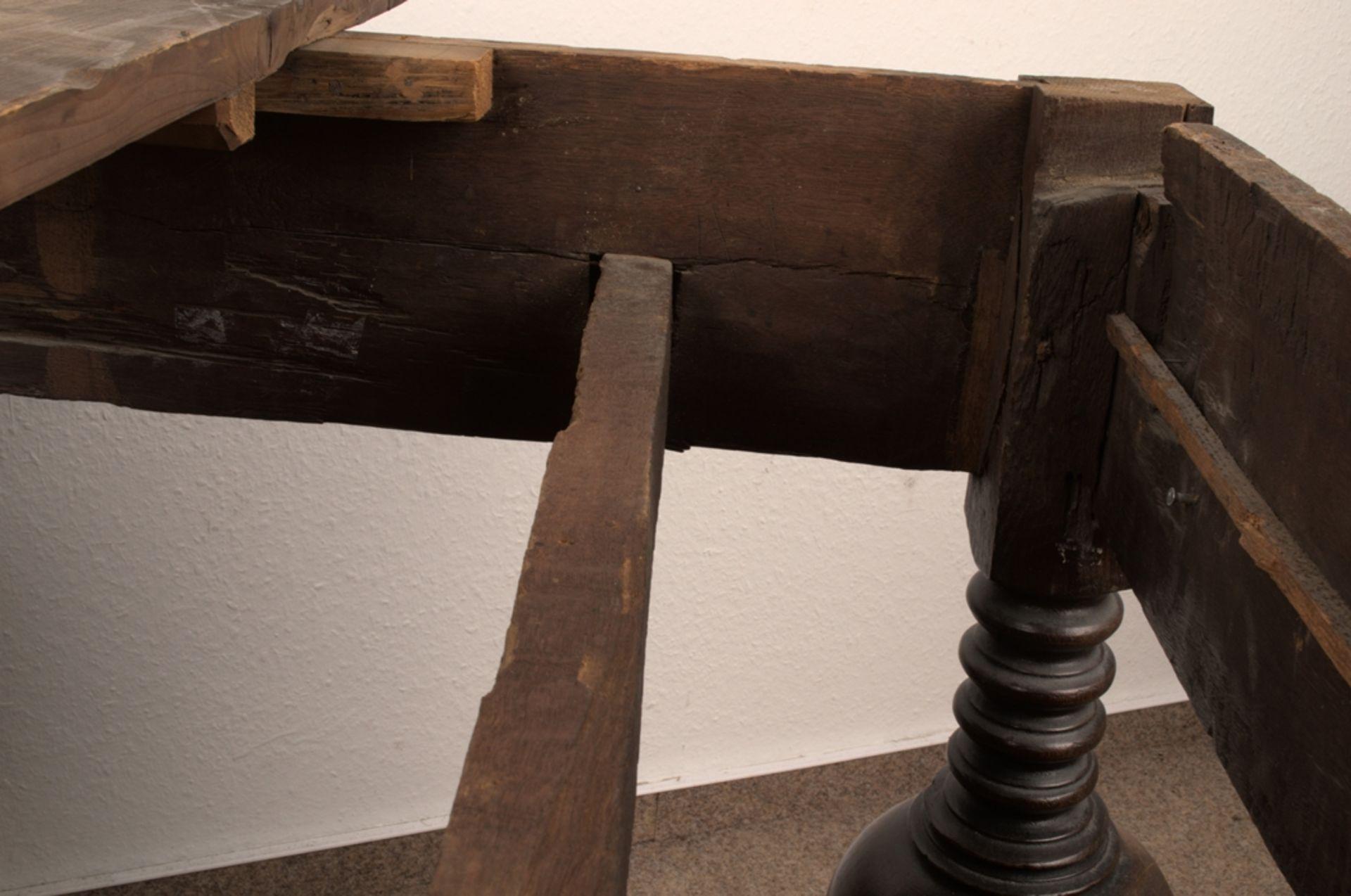 Großer Auszugstisch, Franken um 1730/50. Querverstrebter Tischunterbau mit kräftigen Balusterbeinen, - Bild 11 aus 36