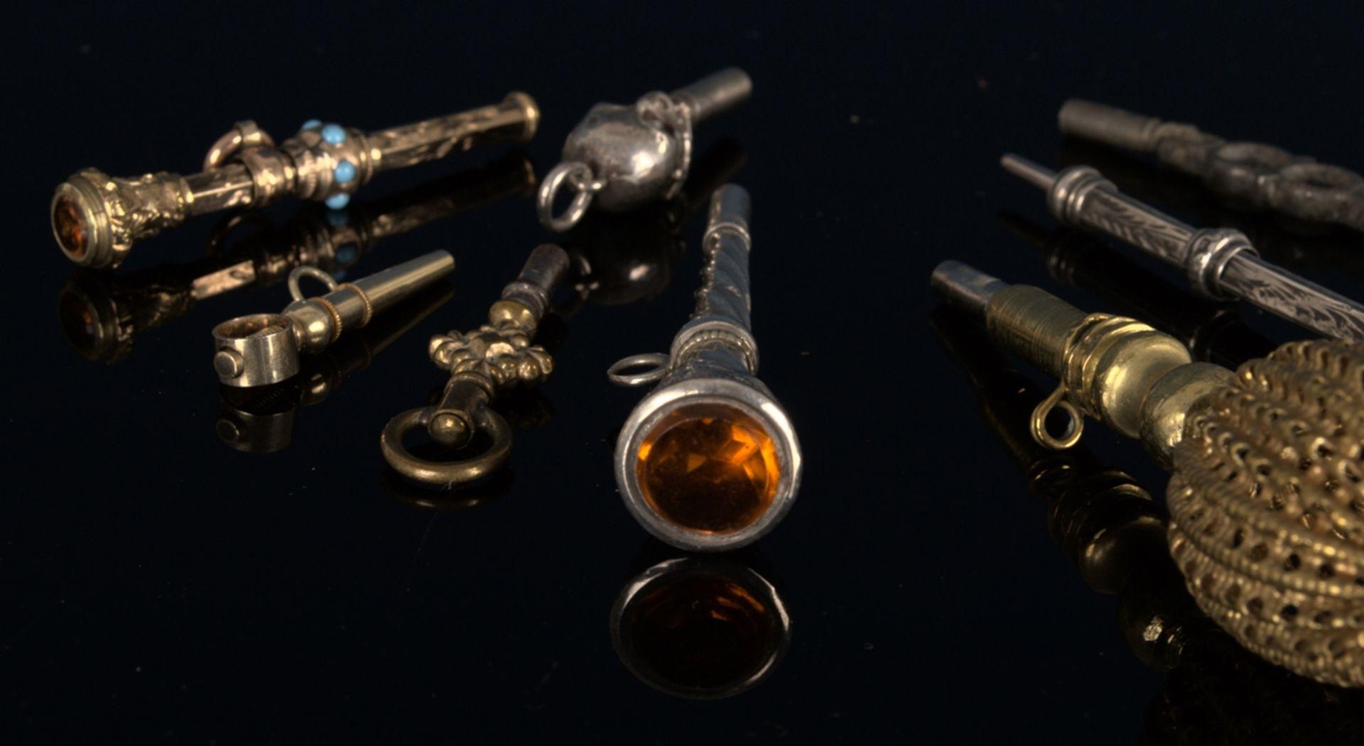 8teilige Sammlung versch. Taschenuhrenschlüssel, überwiegend 19. Jhd. Versch. Alter, Größen, - Bild 3 aus 24