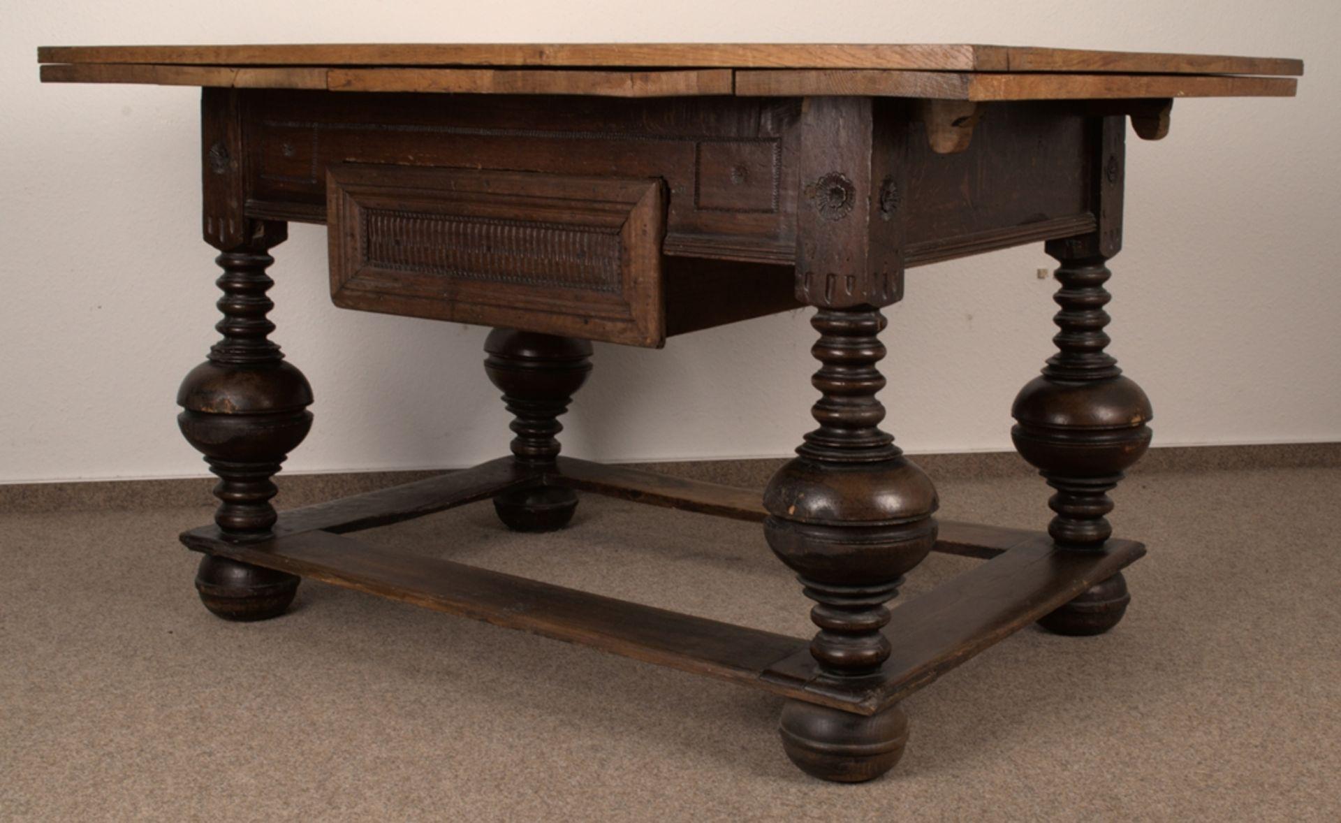 Großer Auszugstisch, Franken um 1730/50. Querverstrebter Tischunterbau mit kräftigen Balusterbeinen, - Bild 15 aus 36