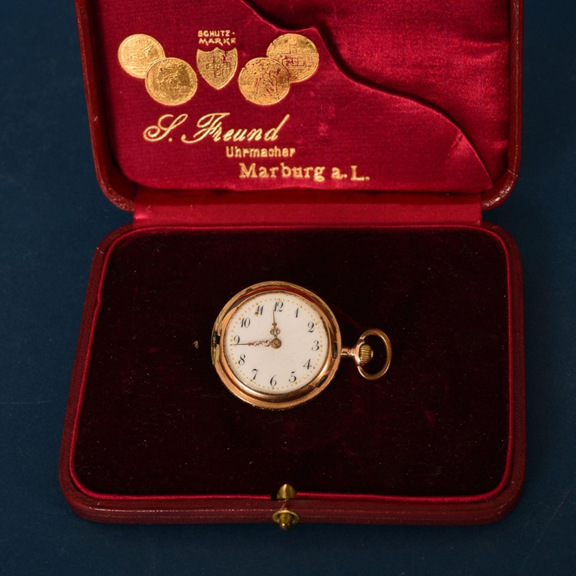 """585er Damen-Taschenuhr im Geschenketui des """"Uhrmacher S. Freund aus Marburg an der Lahn"""". Vorderer"""