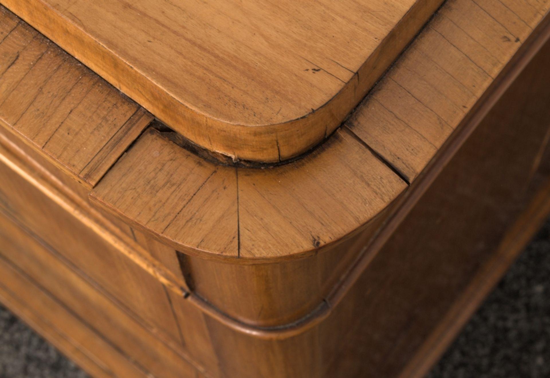 Wäschekommode. Biedermeier um 1835. Kirschbaum massiv & furniert, die 4 Schubladen-Fronten mit - Bild 16 aus 18