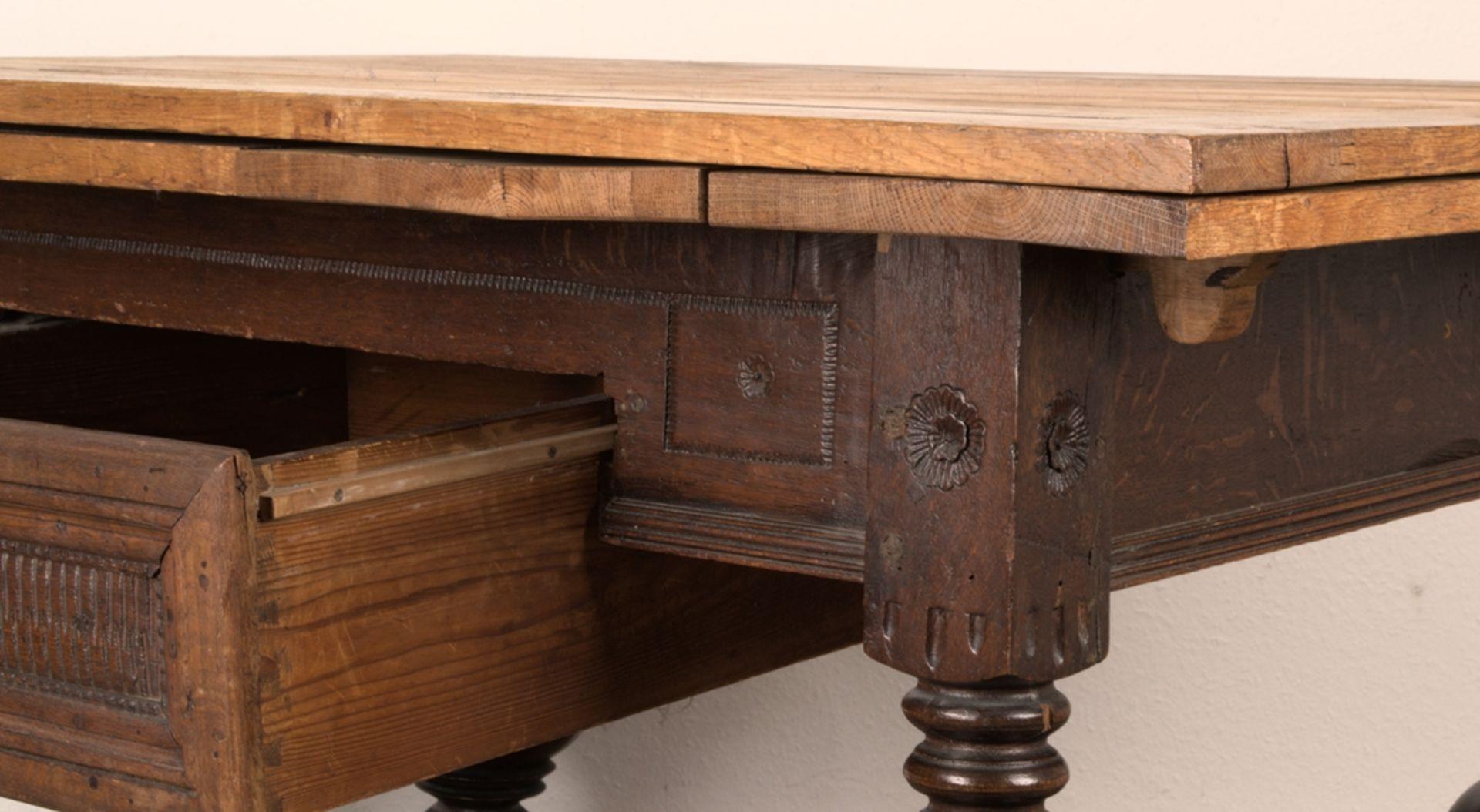 Großer Auszugstisch, Franken um 1730/50. Querverstrebter Tischunterbau mit kräftigen Balusterbeinen, - Bild 21 aus 36